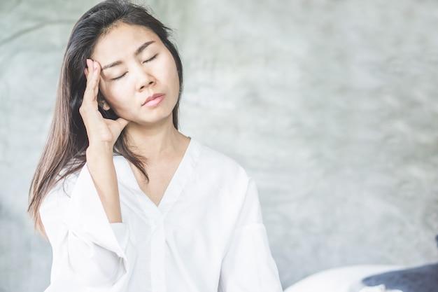 Femme Asiatique Se Réveiller Avec Des Maux De Tête De Migraine Photo Premium