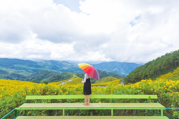 Femme asiatique tenir parapluie multicolore. Photo Premium