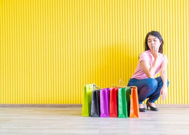 Femme Asiatique, Tenue, Sacs Provisions Photo Premium