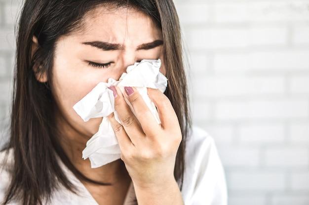Femme asiatique, tenue, tissu, éternuer, grippe Photo Premium