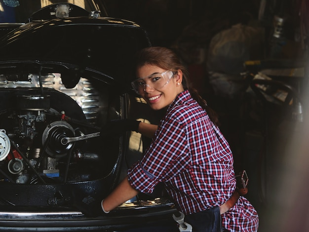 Femme asiatique travaillant dans le garage de l'usine Photo Premium