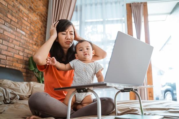 Femme Asiatique Travaillant Tout En Prenant Soin Des Enfants Photo Premium