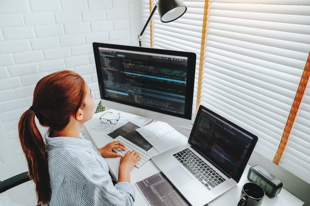 Femme Asiatique, Travailler Maison, Utilisation Ordinateur Photo Premium