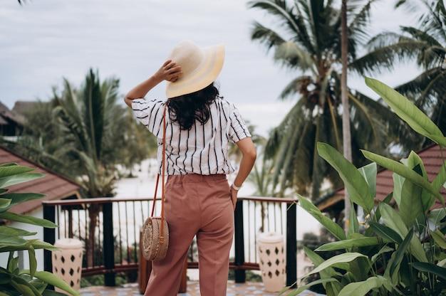 Femme Asiatique En Vacances à La Plage Photo gratuit