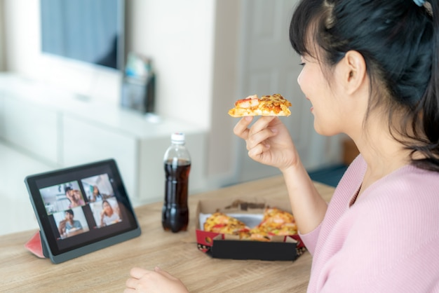 Femme Asiatique Virtuelle Happy Hour Meeting Party Et Manger De La Nourriture En Ligne Ensemble Photo Premium