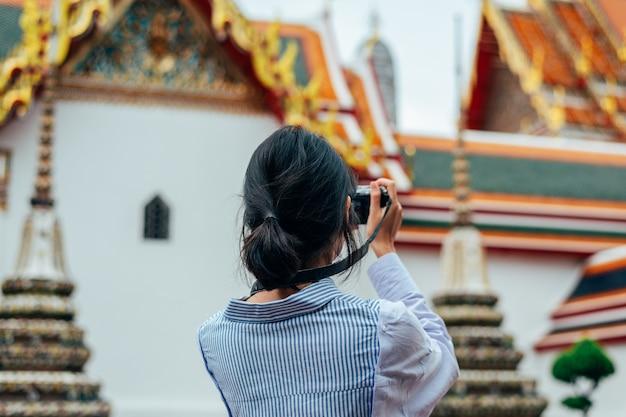 Femme asiatique voyageant seule et prenant des photos Photo Premium