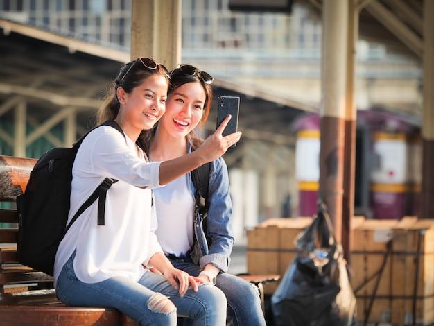 Femme asiatique, voyager, à, téléphone portable Photo Premium