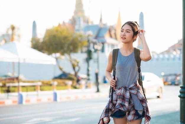 Femme asiatique voyageur voyageant et marchant à bangkok, thaïlande Photo gratuit