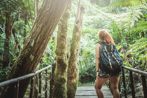 Femme asie voyageurs voyage nature forêts, montagnes. chiangmai doiinthanon thaïlande Photo Premium
