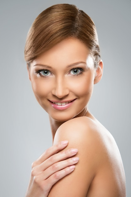 Une femme d'aspect naturel est heureuse de sa beauté Photo gratuit