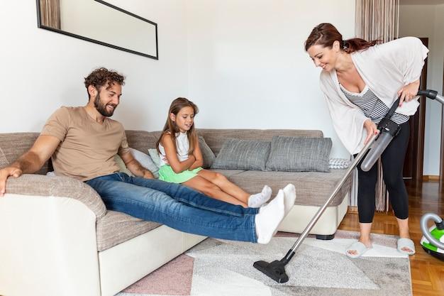 Femme aspirer le tapis Photo gratuit