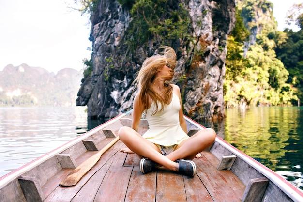 Femme Assise à L'ancienne Fin De Bateau Traditionnel Thaïlande Explorer Le Parc National Khao Sok Photo gratuit