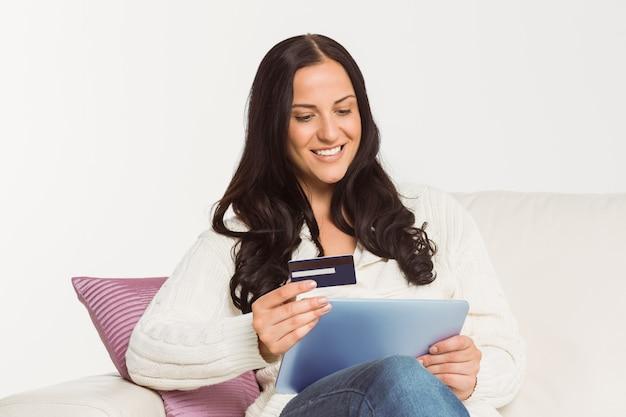 Femme assise avec tablette pc Photo Premium