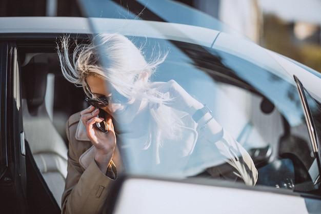Femme assise en voiture electo Photo gratuit