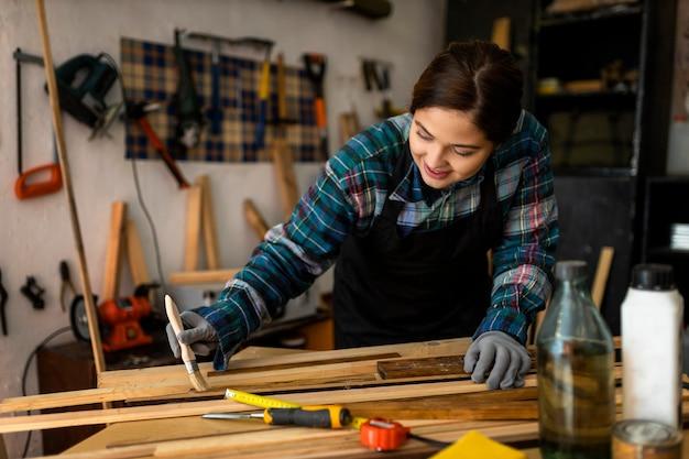 Femme En Atelier De Peinture Photo gratuit