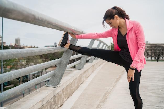 Femme Athlétique Qui S'étend Des Jambes Avant L'exercice Photo gratuit
