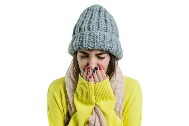 Femme attrapée un rhume dans un bonnet et une écharpe chauds Photo Premium