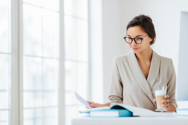 Femme Au Bureau Entourée De Documents Photo Premium