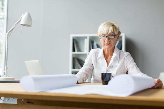Femme au bureau Photo Premium