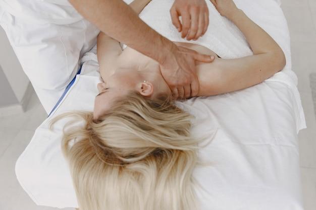 Femme Au Cabinet Médical. Le Physiothérapeute Est En Cours De Rééducation. Photo gratuit