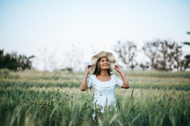 Femme au chapeau bonheur dans la nature Photo gratuit