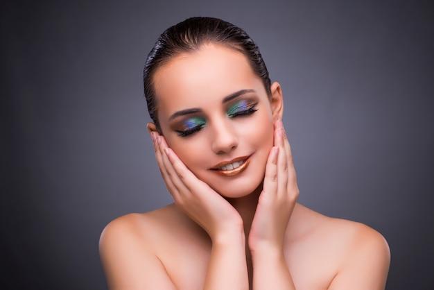 Femme au concept de beauté sur fond gris Photo Premium