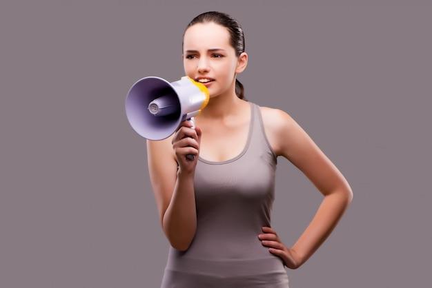 Femme au concept sportif avec haut-parleur Photo Premium