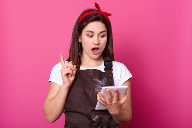 Femme Au Foyer Cuisinières Féminines, Tablier Marron Habillé, T-shirt Blanc. Photo gratuit