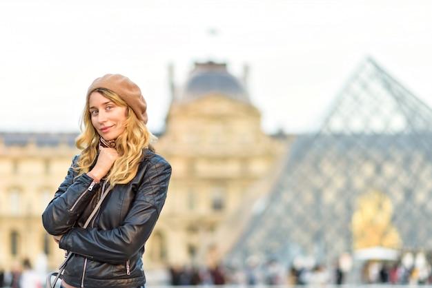 Femme au louvre paris, france Photo Premium