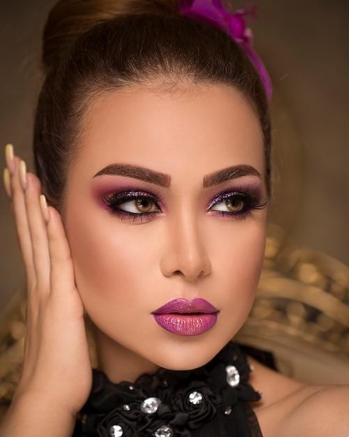 Femme Au Maquillage Bronzé élégant Photo gratuit