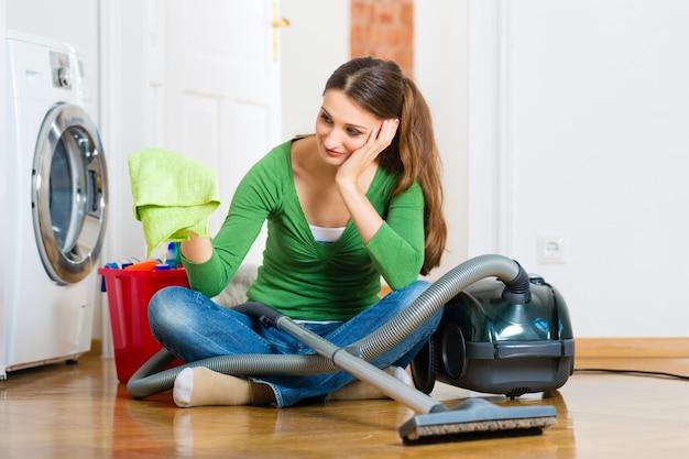 Femme au nettoyage de printemps Photo Premium