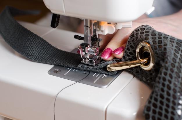 La femme au sac en cuir de réparation de machine à coudre Photo Premium
