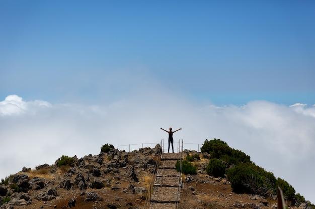 Femme Au Sommet De La Montagne Photo Premium
