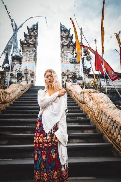 Femme Au Temple De Pura Lempuyang à Bali Photo Premium