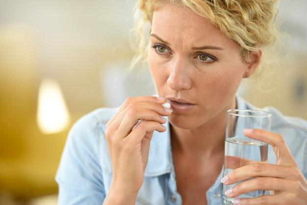 Femme Au Travail Prenant Des Pilules Pour Soulager Les Maux De Tête Photo Premium
