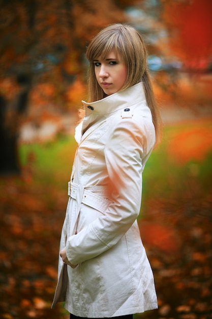 Femme automne sur fond de feuilles Photo Premium