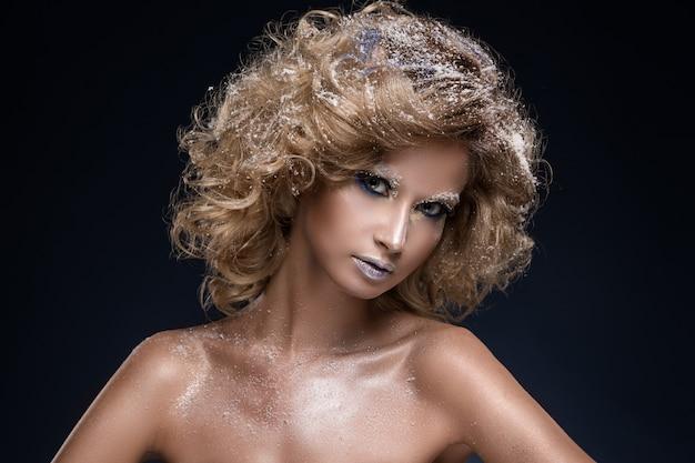 Femme aux cheveux bouclés et thème hiver Photo gratuit
