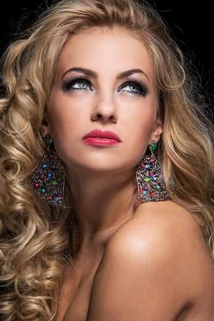 Femme aux cheveux bouclés Photo gratuit