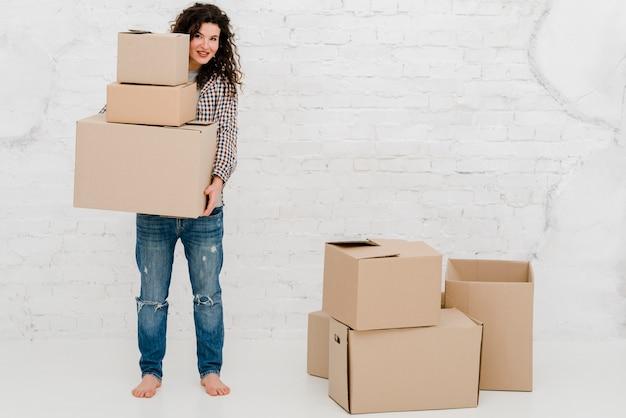 Femme Aux Pieds Nus Portant Des Boîtes Photo gratuit