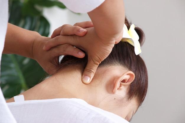 Femme, avoir, massage, cou, style thaï Photo Premium