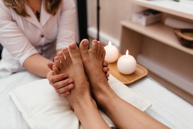 Femme, Avoir, Réflexologie, Pied, Massage, Wellness, Spa Photo Premium