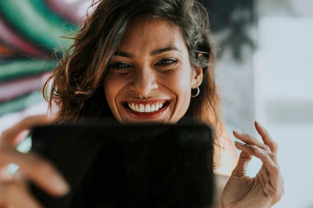 Femme ayant un appel vidéo Photo gratuit