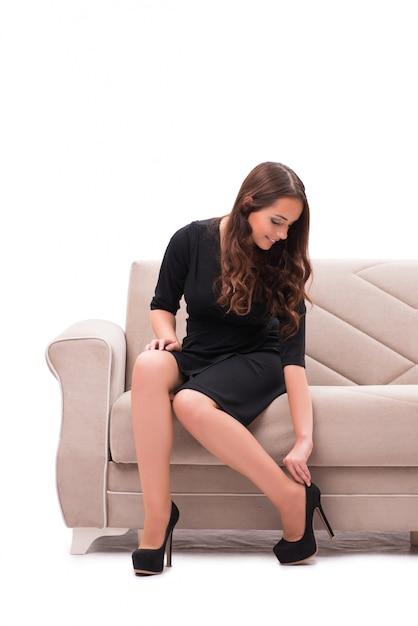 Femme ayant un choix difficile entre les chaussures Photo Premium
