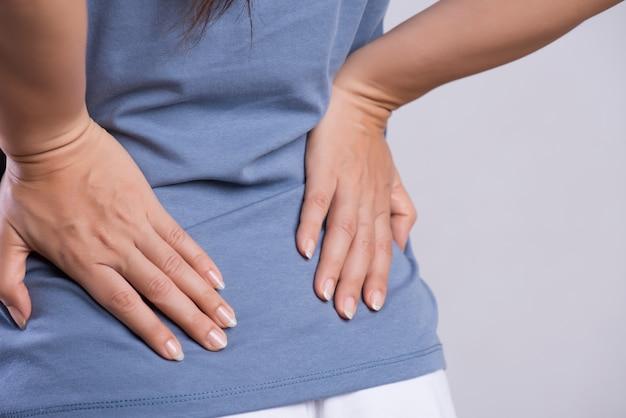 Femme ayant mal au dos blessé. soins de santé et maux de dos. Photo Premium