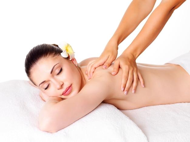 Femme Ayant Massage Du Corps Dans Le Salon Spa. Concept De Traitement De Beauté. Photo gratuit