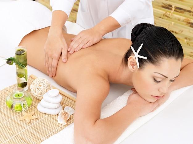 Femme Ayant Un Massage Thérapeutique Du Dos Dans Le Salon Spa. Concept De Traitement De Beauté. Photo gratuit