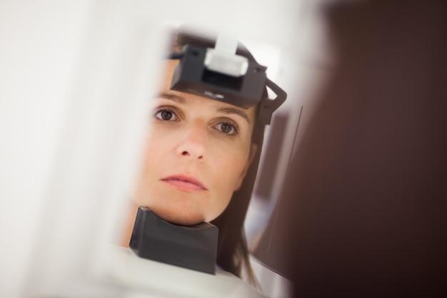 Femme ayant une radiographie de la tête Photo Premium