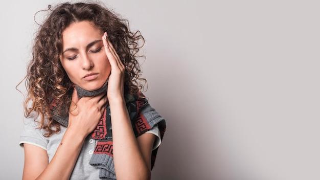Femme ayant le rhume et la grippe sur fond gris Photo gratuit