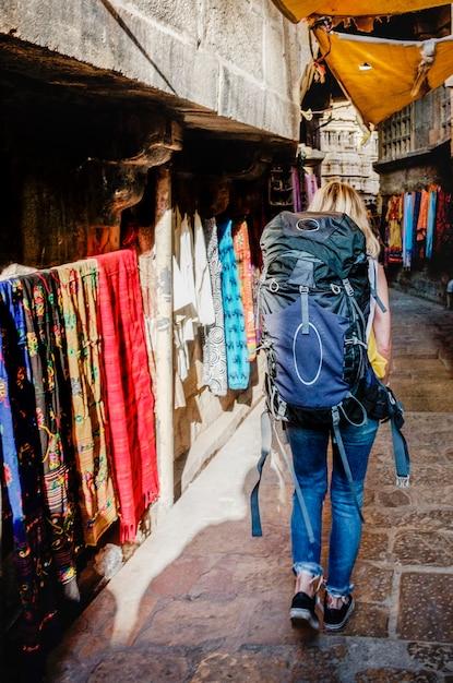 Femme backpacker occidentale explorant l'inde Photo gratuit