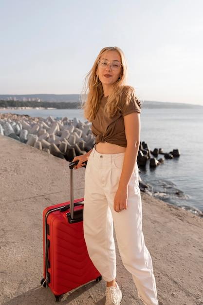 Femme Avec Des Bagages Posant à L'extérieur Photo gratuit
